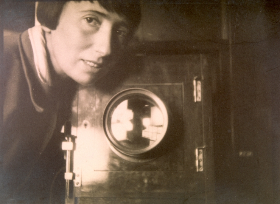 Self portrait of Trude Fleischmann with her camera